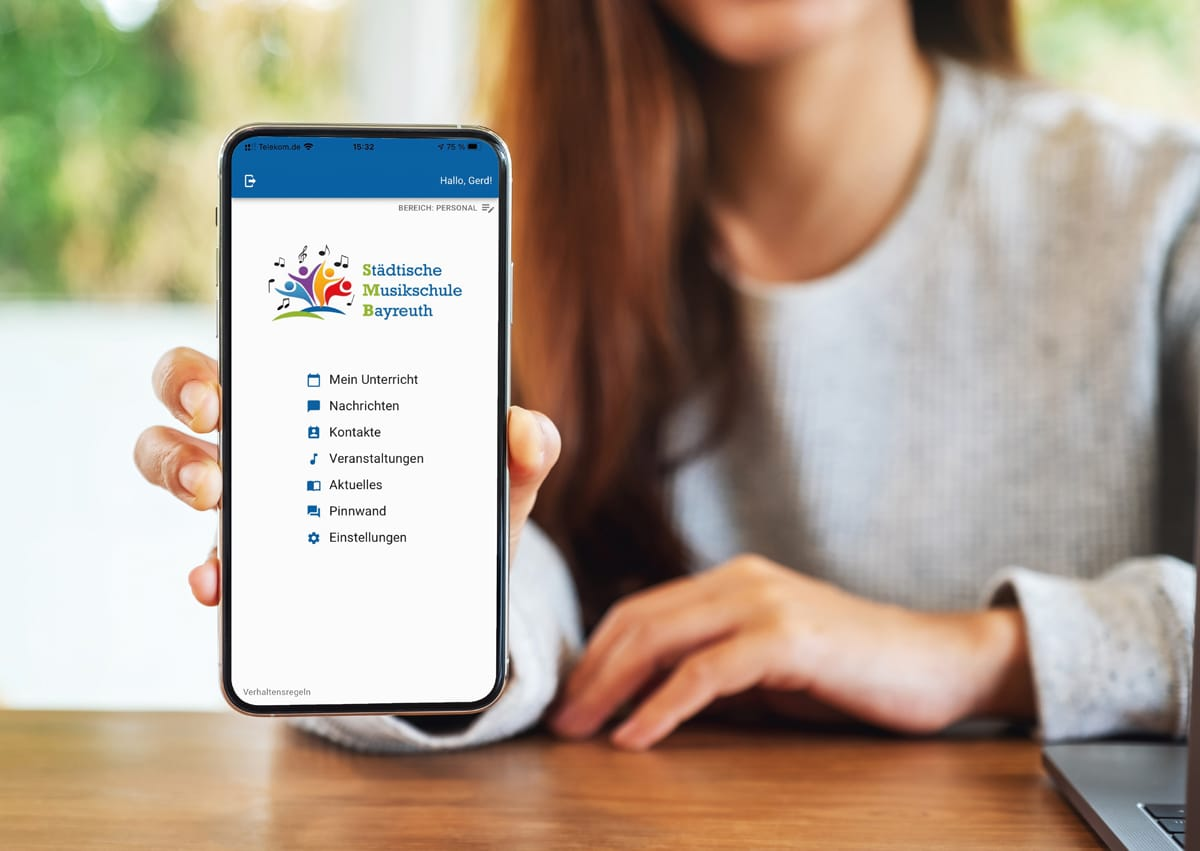 Handy mit Startseite der Musikschul-App