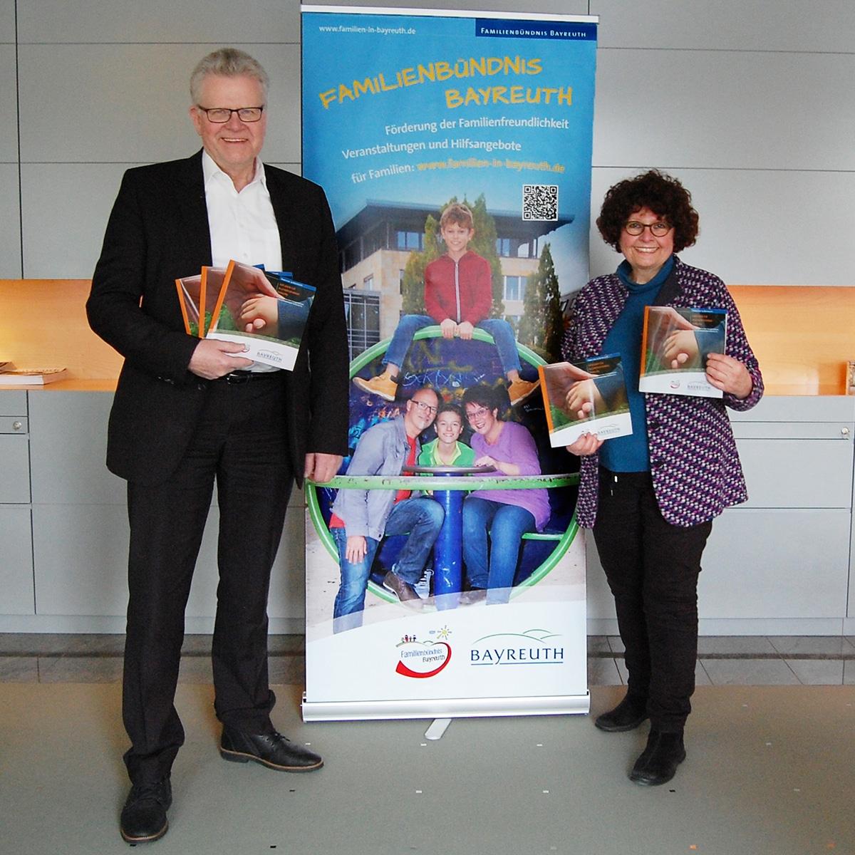 """Oberbürgermeister Thomas Ebersberger und Ingrid Heinritzi-Martin, Vorsitzende des Arbeitskreises """"Alleinerziehende Familien"""" des Familienbündnisses Bayreuth, präsentieren den neu aufgelegten Ratgeber."""