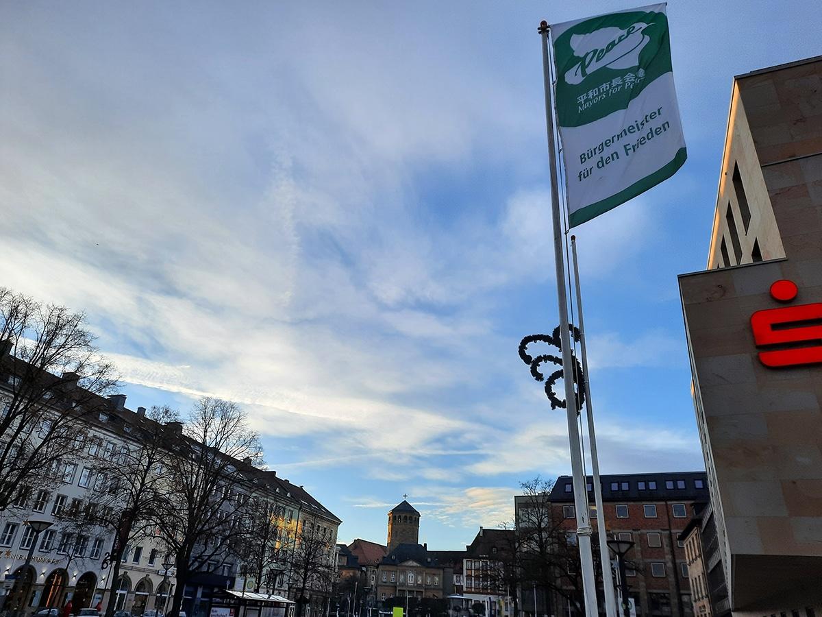 Fahne im Winde verweht auf dem Luitpoldplatz mit Blick auf die Schlosskirche