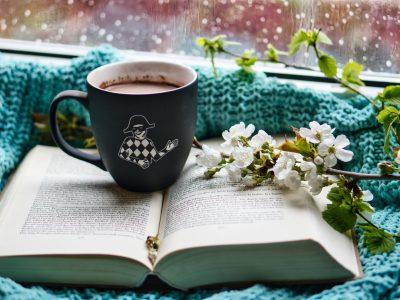 Buch mit Teetasse