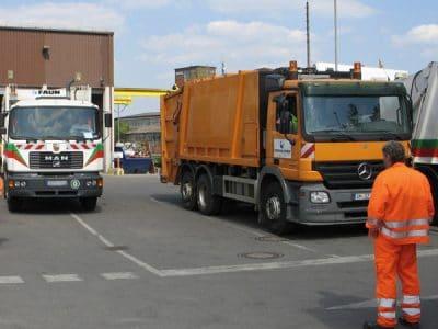 Blick in einer Müllumladestation mit zwei Müllfahrzeugen..