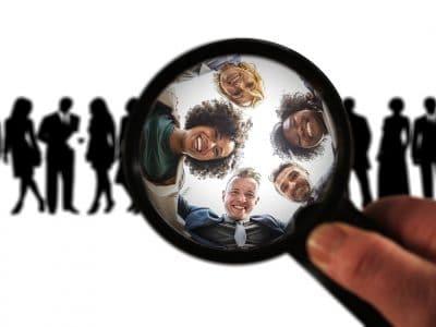 Symbolbild: Erkennen der Zielgruppe unter einer Lupe