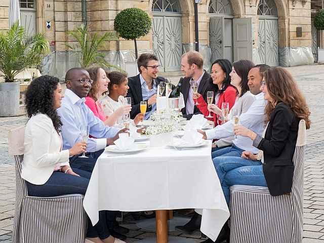 Neubürgertreff vor dem Opernhaus: Menschen vieler Nationen treffen sich zum gemeinsamen Austausch