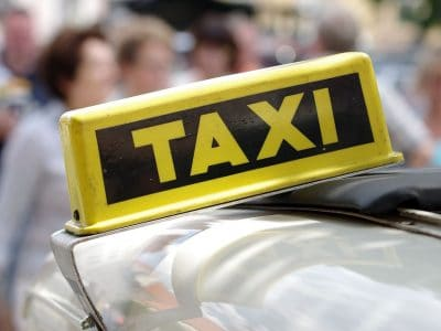 Taxischild auf einem Autodach.