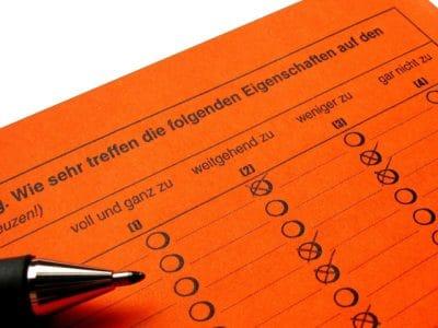 Kugelschreiber auf Umfragebogen. Foto: pixelio