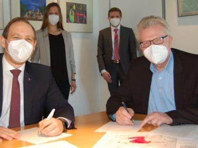 Oberbürgermeister Thomas Ebersberger (rechts) und Enrico Delfino von der Telekom unterzeichnen eine Absichtserklärung.