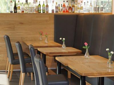 Blick auf leere Restauranttische