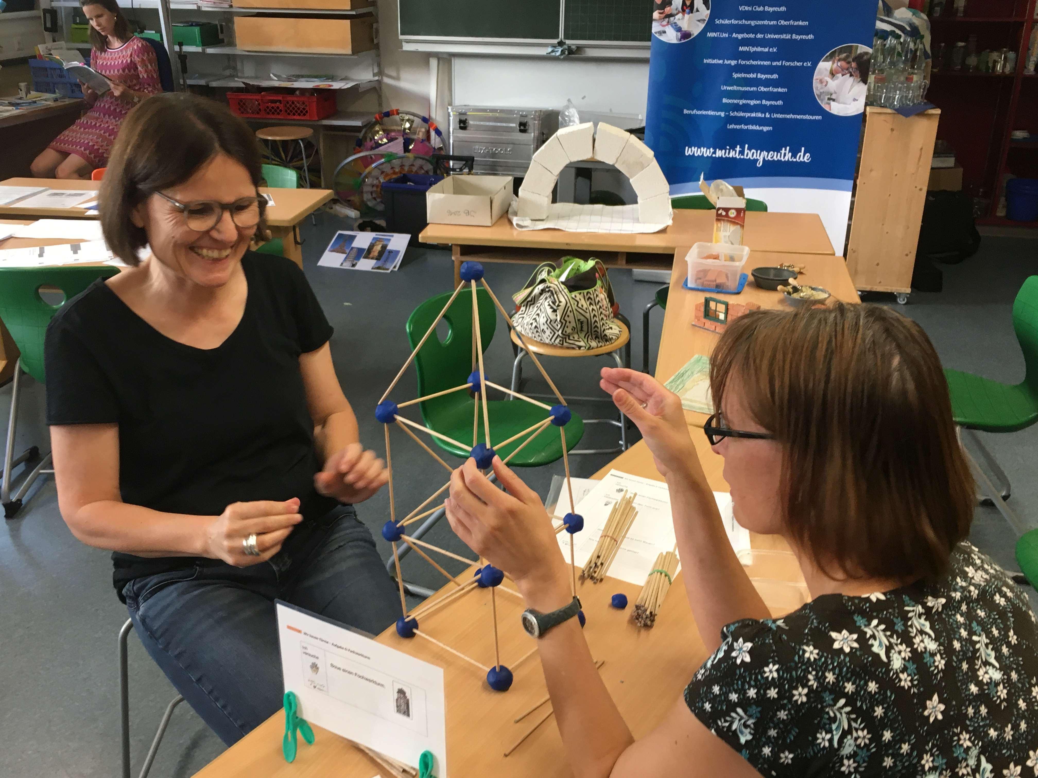 Zwei Lehrerinnen bei der Fortbildung zum Thema Statik