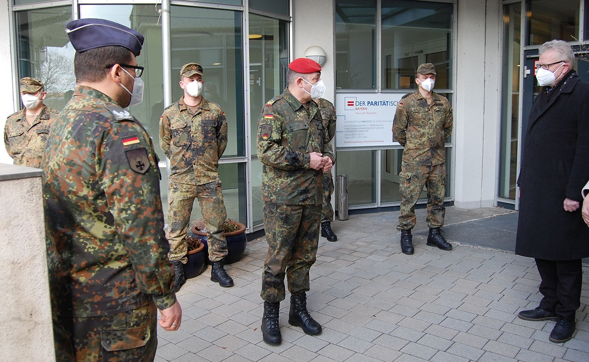 Soldaten stehen vor dem Heim und unterhalten sich mit OB Thomas Ebersberger