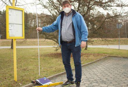 Axel Höhmann, Mitglied im Behindertenbeirat bei der Prüfung einer Bushaltestelle auf Barrierefreiheit.