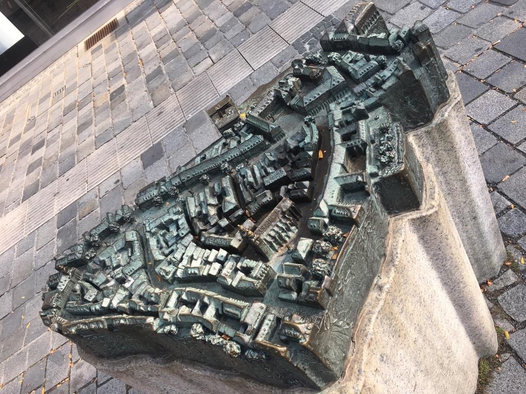 Das taktile Modell der Fußgängerzone vor dem Anwesen Maximilianstraße 18 von oben fotografiert.