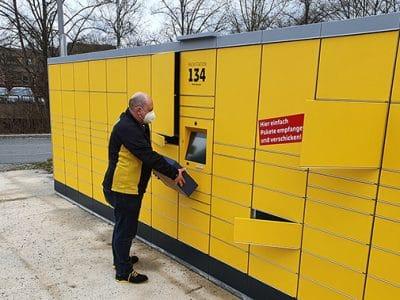 Zusteller Jörg Obermaier beliefert die neue Packstation mit der Nummer 134 auf dem Campus der Universität.