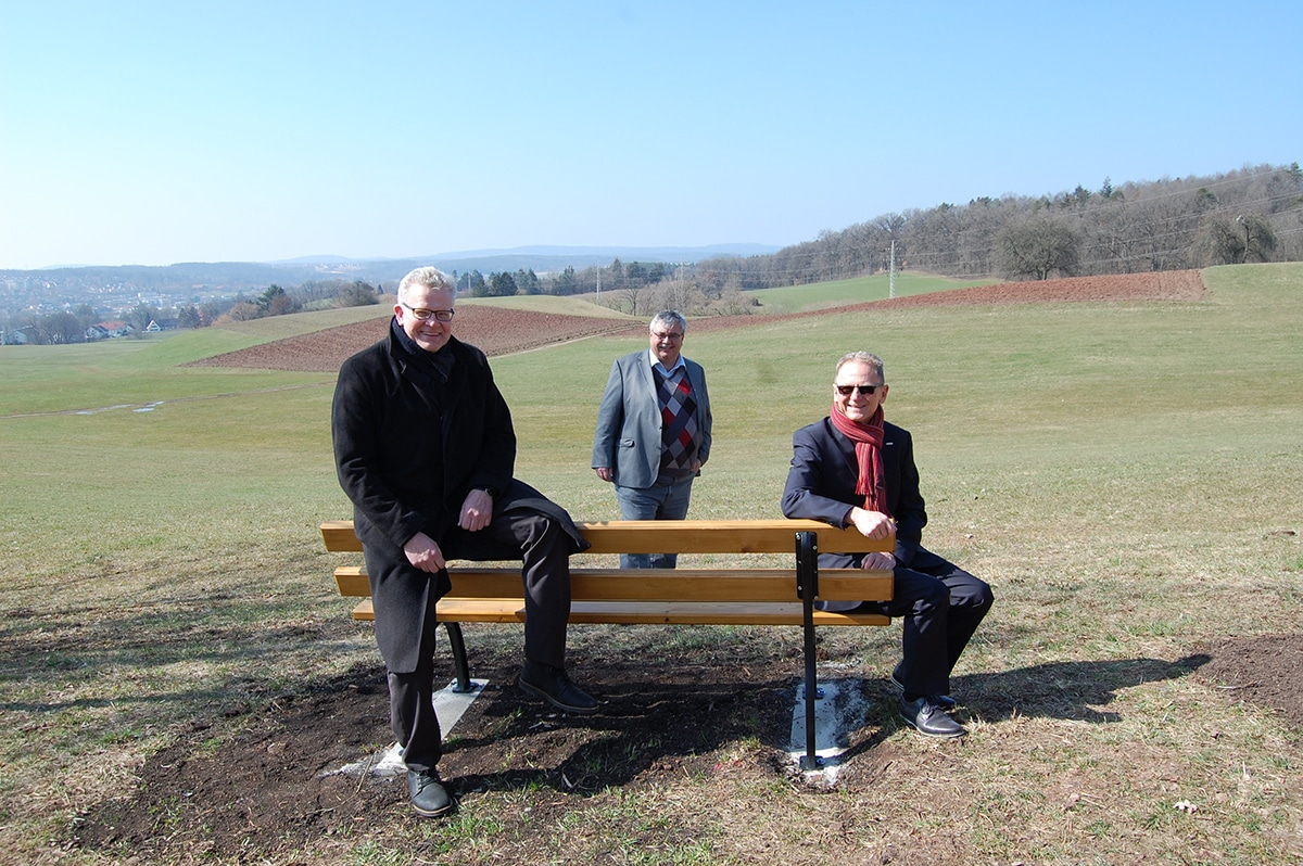 OB Ebersberger, Robert Pfeifer und Jochen Sonntag rund um eine Bank an der Judenwiese.