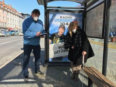 Margit Lebershausen, Fachstelle Inklusion, und Axel Höhmann, Mitglied des Behindertenbeirates, bei der Prüfung einer Bushaltestelle auf Barrierefreiheit.