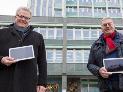 OB Thomas Ebersberger und Jürgen Bayer von den Stadtwerken mit Tablets vor dem Rathaus.