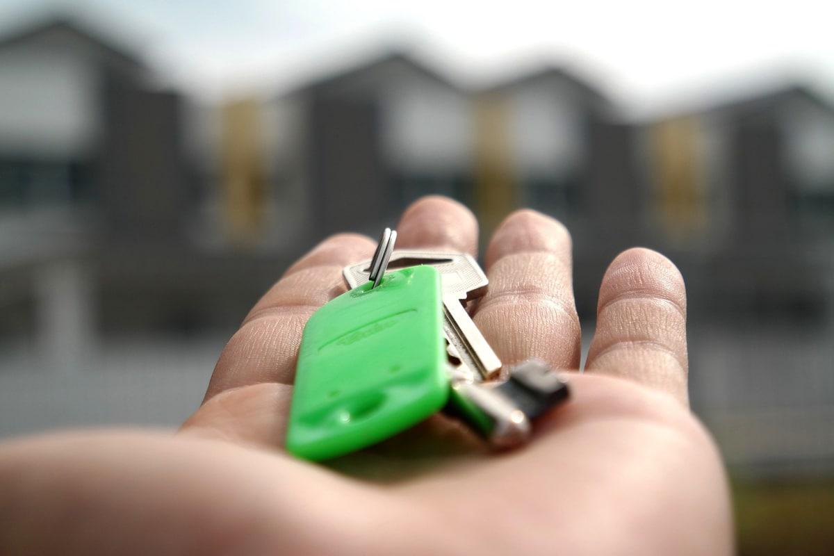 Auf einer ausgestreckten Handfläche lieht ein Schlüsselbund