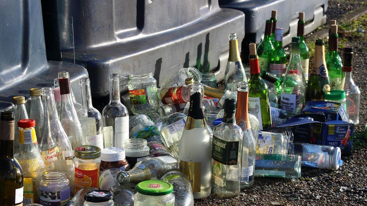 Vor Sammelcontainern stehen viele leere Flaschen. | Foto: Pixabay