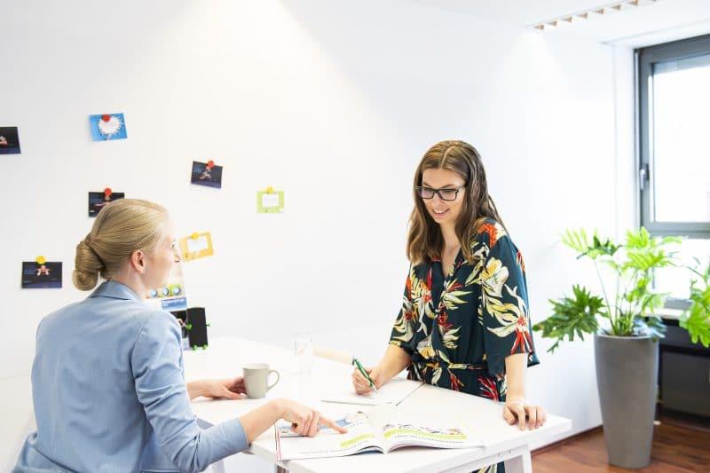 Eine Mitarbeiterin der Wirtschaftsförderung berät zu Gründerthemen