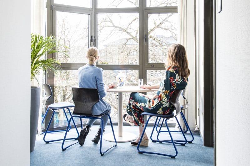Zwei Frauen sitzen an einem Tisch in einem der Büros im StartUpPoint
