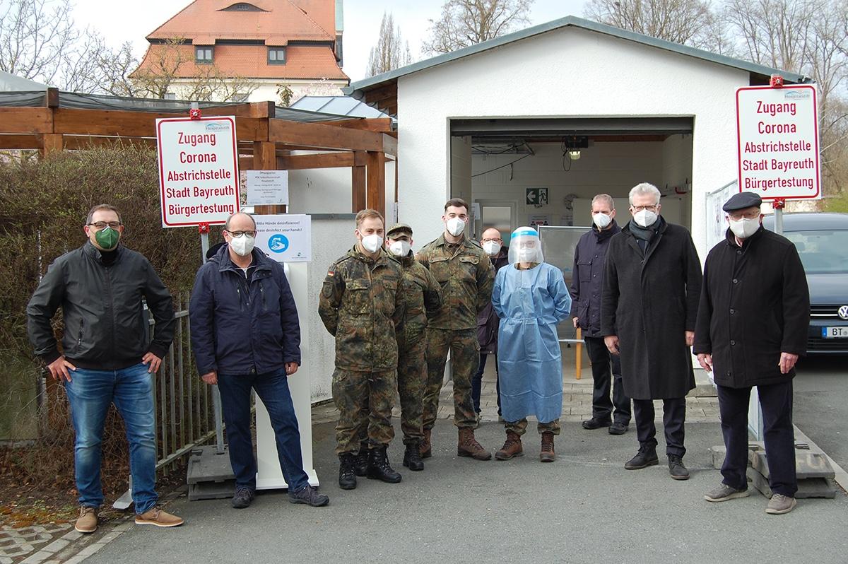 Oberbürgermeister Thomas Ebersberger hat gemeinsam mit Vertretern der Stadtverwaltung und den Soldatinnen und Soldaten der Bundeswehr, die die Tests am Hospitalstift vornehmen, offiziell eingeweiht.
