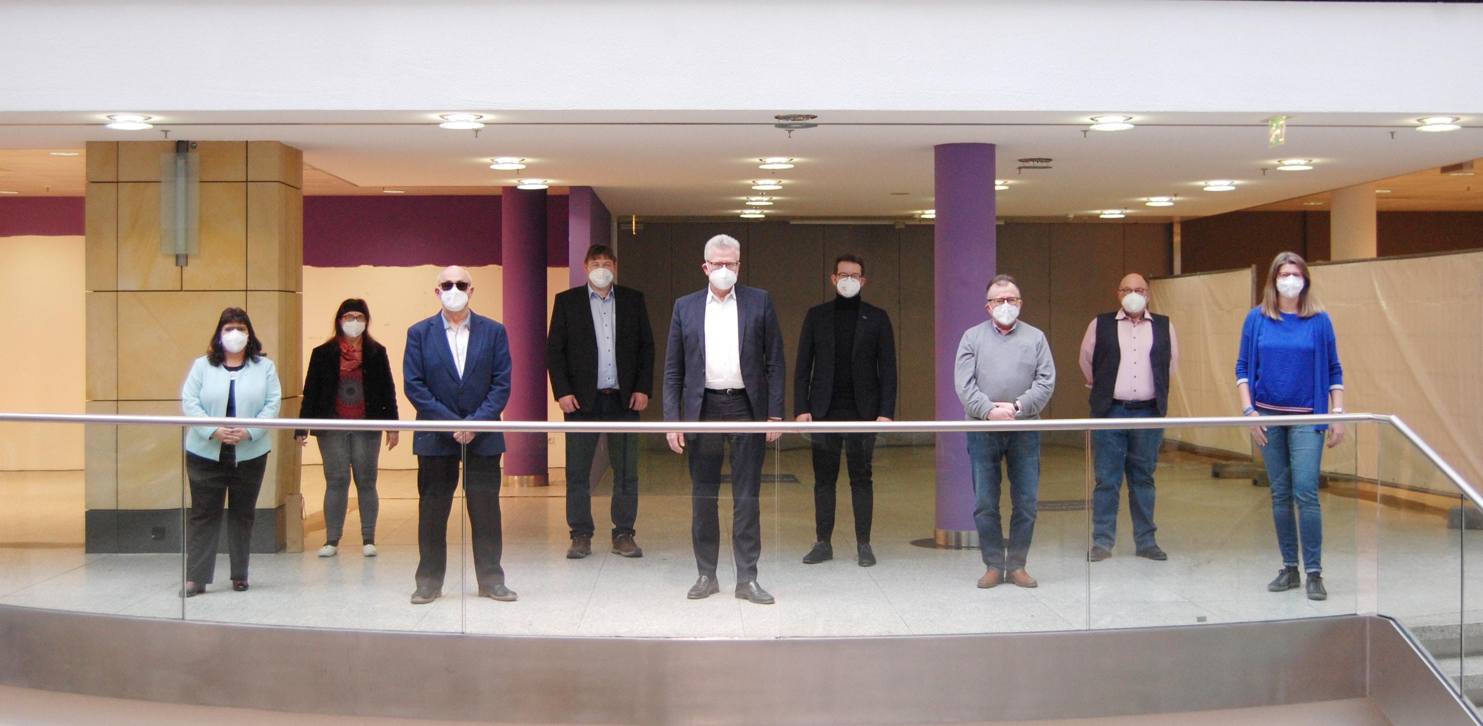 Das Foto zeigt von links: Dolores Longares-Bäumler, Bettina Wurzel (Behindertenbeauftragte), Reinhold Richter, Axel Höhmann, Thomas Ebersberger (Oberbürgermeister), Andreas Zippel (2. Bürgermeister), Roland Reiß, Thomas Odewald und Heidi Tschauner.