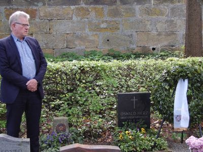 OB Ebersberger am Grab von Oswald Merz