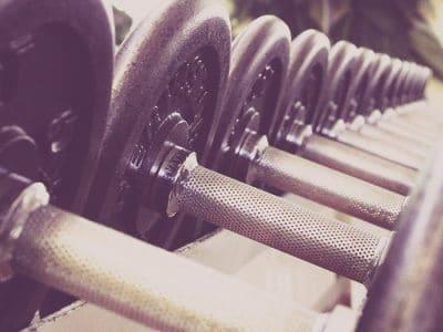 Hanteln im Fitness-Studio