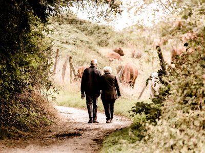 Rentnerpaar auf einem Spazierweg.   Foto: Pixabay
