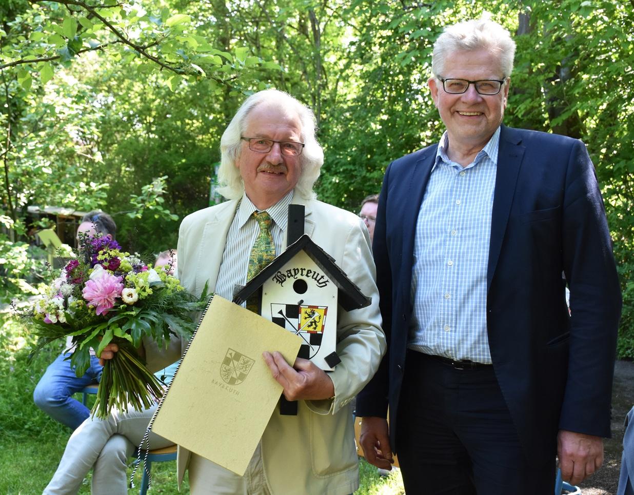 Winfried Schnorrer und Oberbürgermeister Ebersberger im Schulgarten des GMG.