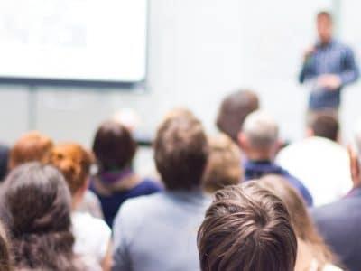 Seminarraum mit Zuhörern.