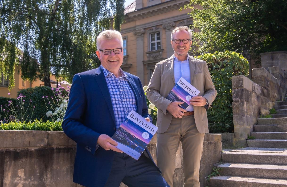 OB Thomas Ebersberger und Jörg Lichtenegger präsentieren das neue BAYREUTH Magazin. | Foto: GMK