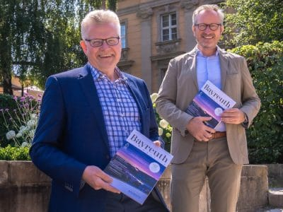 OB Ebersberger und Jörg Lichtenegger mit dem BAYREUTH Magazin in ihren Händen.