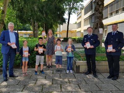 OB Ebersberger mit Schulkindern, Lehrerin und Vertretern der Feuerwehr im Schulhof der Grundschule Herzoghöhe.