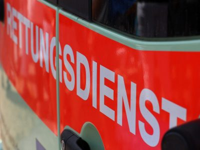 """Aufschrift """"Rettungsdienst"""" auf Krankenwagen."""
