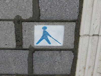 Das Logo des Blindenleitsystems auf dem Boden