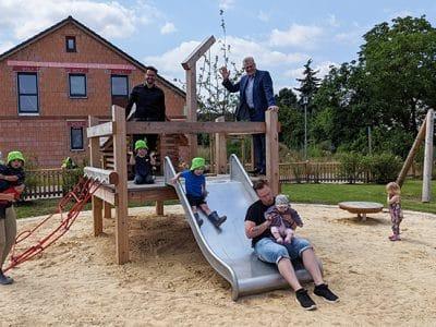 OB Ebersberger und 2. Bgm. Zippel mit Kindern und Eltern auf dem Kletterturm