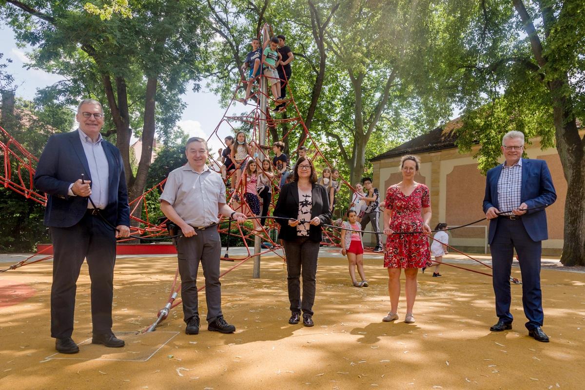 Gruppenfoto im Schulhof der Luitpoldschule.