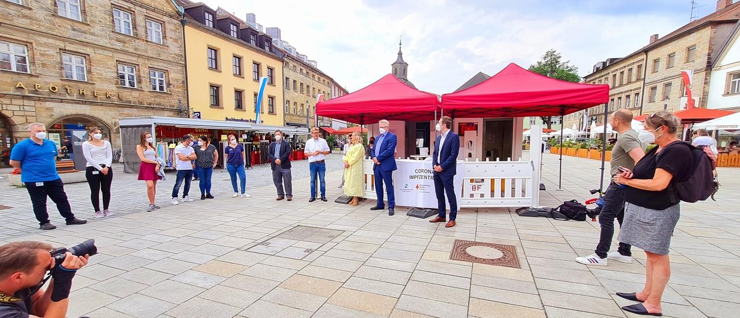 Landrat Wiedemann und Oberbürgermeister Ebersberger stellen in großer Medienrunde den Impfcontainer auf dem Bayreuther Stadtparkett vor.