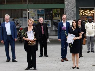 Gruppenbild der neuen Kulturdolmetscher mit OB und Landrat vor dem Rathaus.