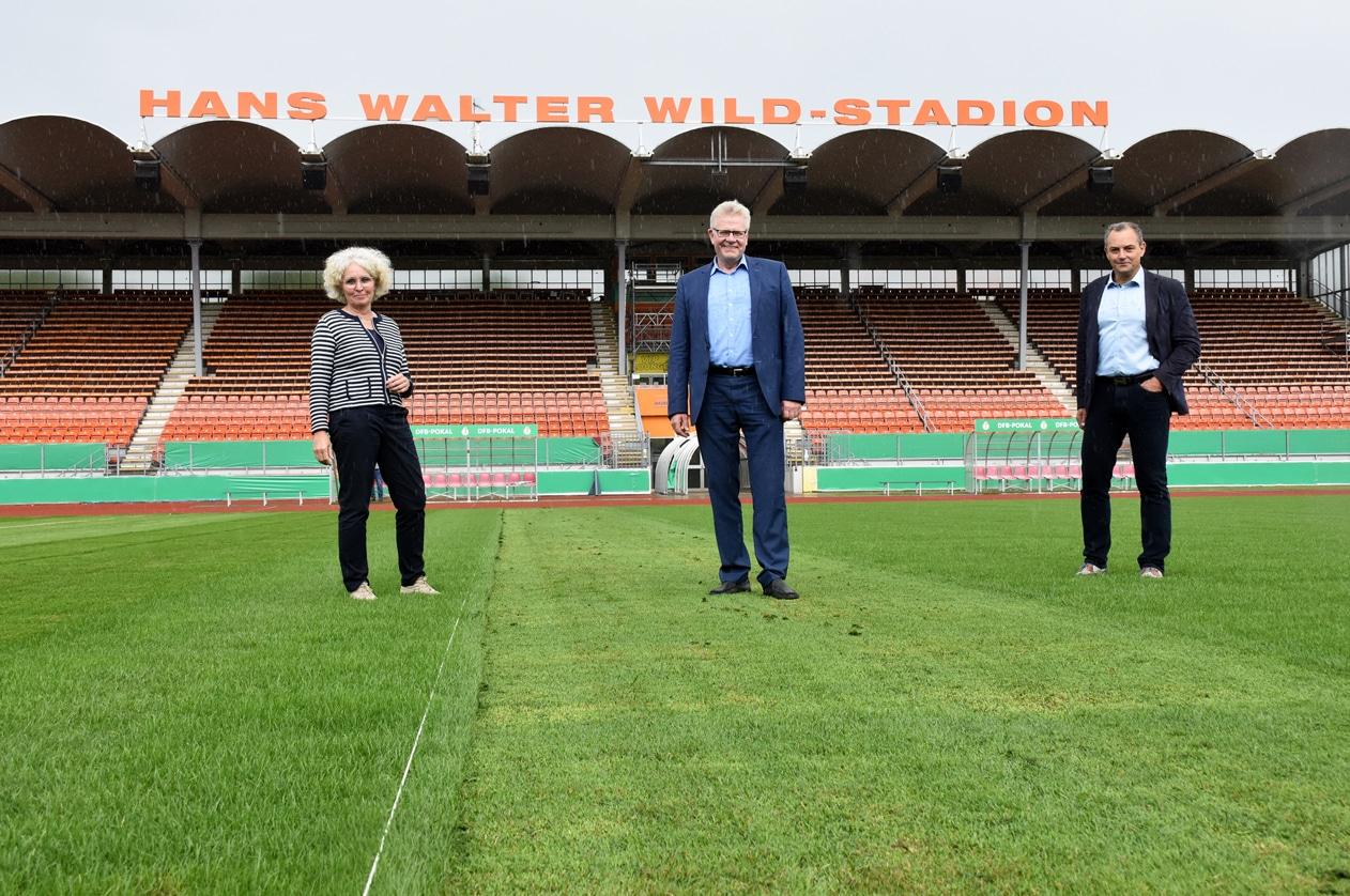 Baureferentin Urte Kelm, Oberbürgermeister Thomas Ebersberger und Sportamtsleiter Christian Möckel auf dem Spielfeld des Hans-Walter-Wild-Stadions.