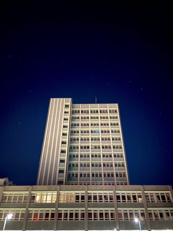 Blick auf das Neue Rathaus bei Nacht mit Sternenhimmel im Hintergrund