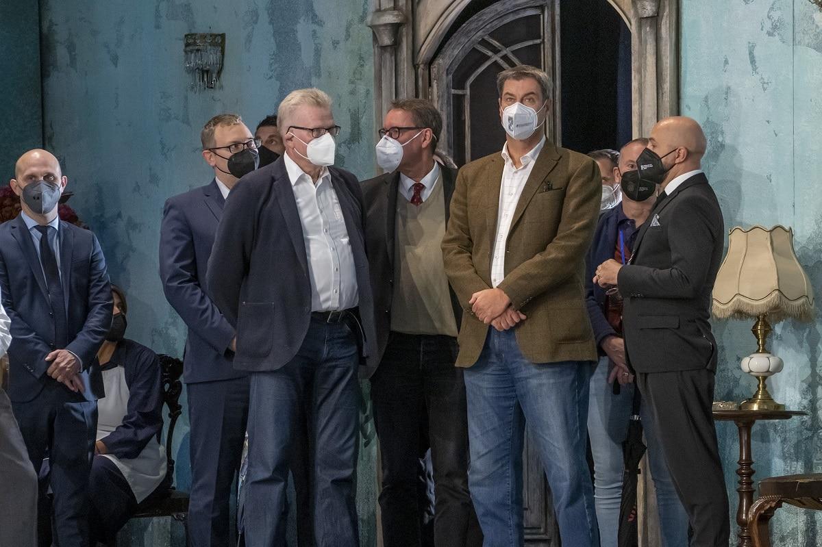 Söder, Ebersberger und weitere Menschen auf der Bühne des Markgräflichen Opernhauses.