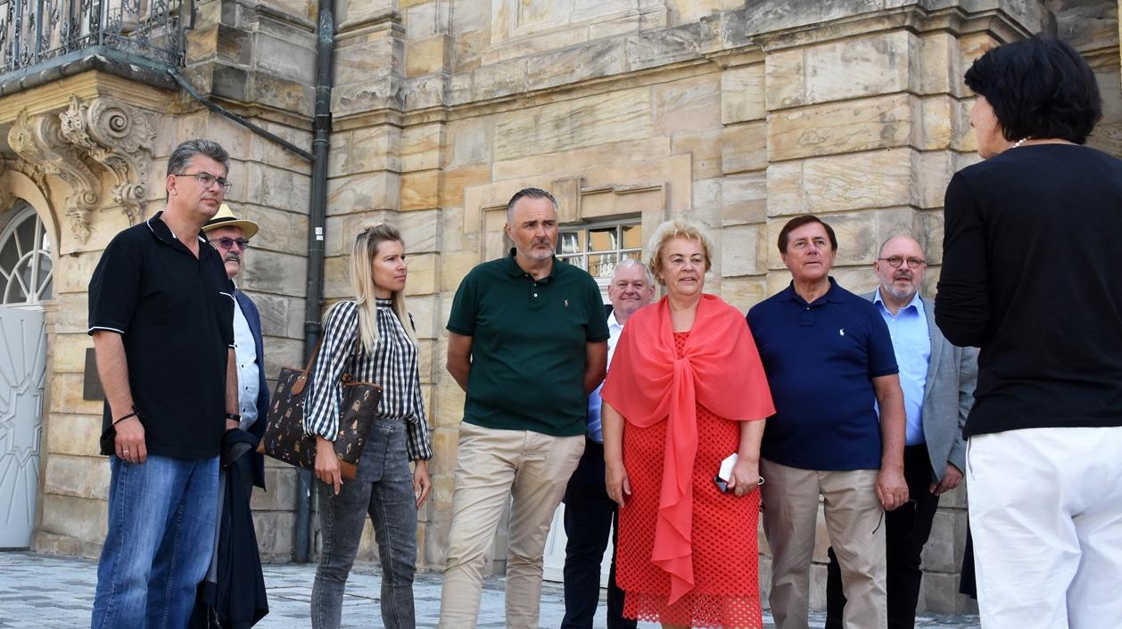 Gäste aus dem Burgenland und der Partnerstadt Rudolstadt vor dem Opernhaus.