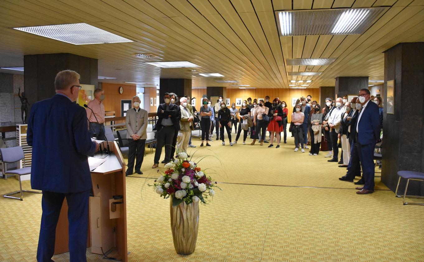 OB Ebersberger spricht zu Gästen des Empfangs.