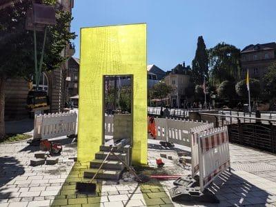 """Skulptur """"Lucy"""" mit senkrechter, gelber Gießharzplatte.ge"""