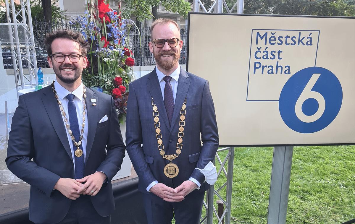 Bürgermeister Zippel und Bürgermeister Kolar vor einem Schild.