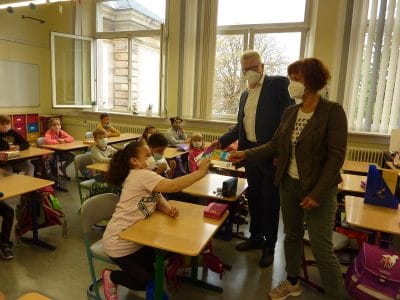 Oberbürgermeister Ebersberger und S. Seidler-Rieß übergeben Hausaufgabenhefte