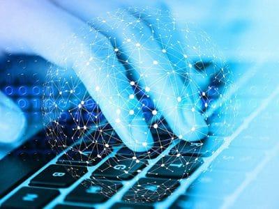 Symbolbild Hände auf Tastatur