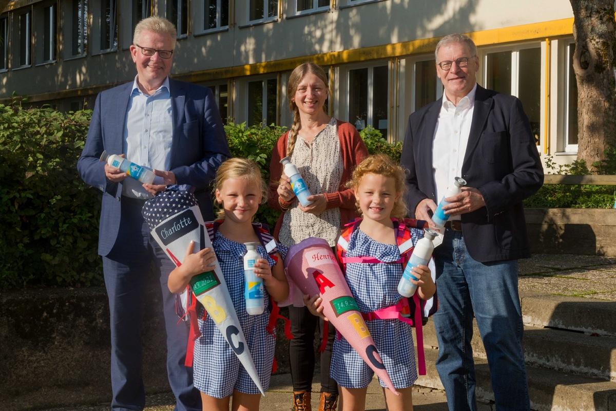 OB Ebersberger mit zwei Schulkindern und Stadtwerke-Geschäftsführer Jürgen Bayer.