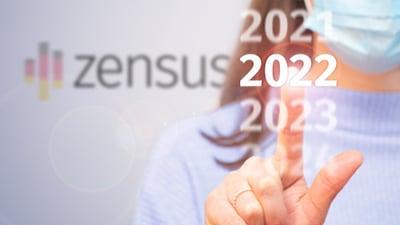 Finger tippt auf die Zahl 2022